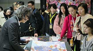 Intertextile Apparel Fabrics Fuarı resime bakan insanlar