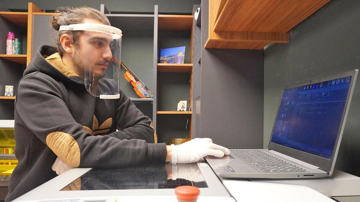 Dijital Baskı Haberleri: Promakim ürettiği yüz kalkanlarını sağlıkçılara sundu